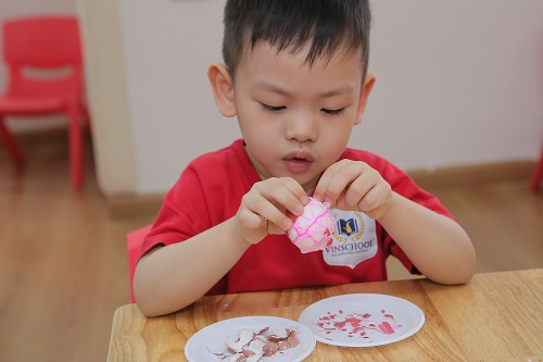 dạy trẻ kĩ năng bóc trứng