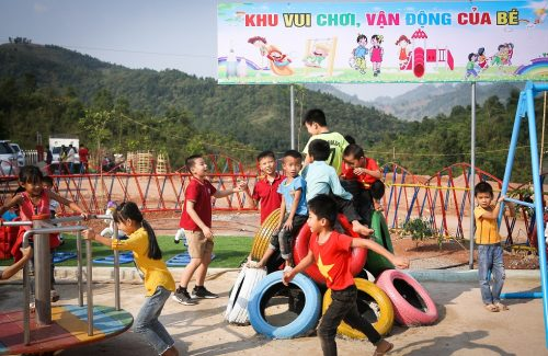"""Turning"" plastic bags and old tires into a recycled playground for children in Dien Bien province"