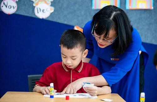 Đồng hành cùng con vào lớp 1 – Tình yêu thương của bố mẹ và thầy cô giúp con vượt qua mọi khó khăn