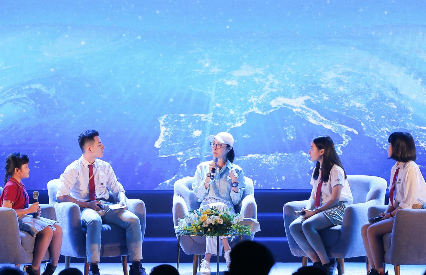 Vinsers tự tin thảo luận bằng tiếng Anh với ngôi sao Hollywood Dương Tử Quỳnh