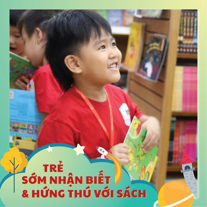 trẻ hứng thú với sách