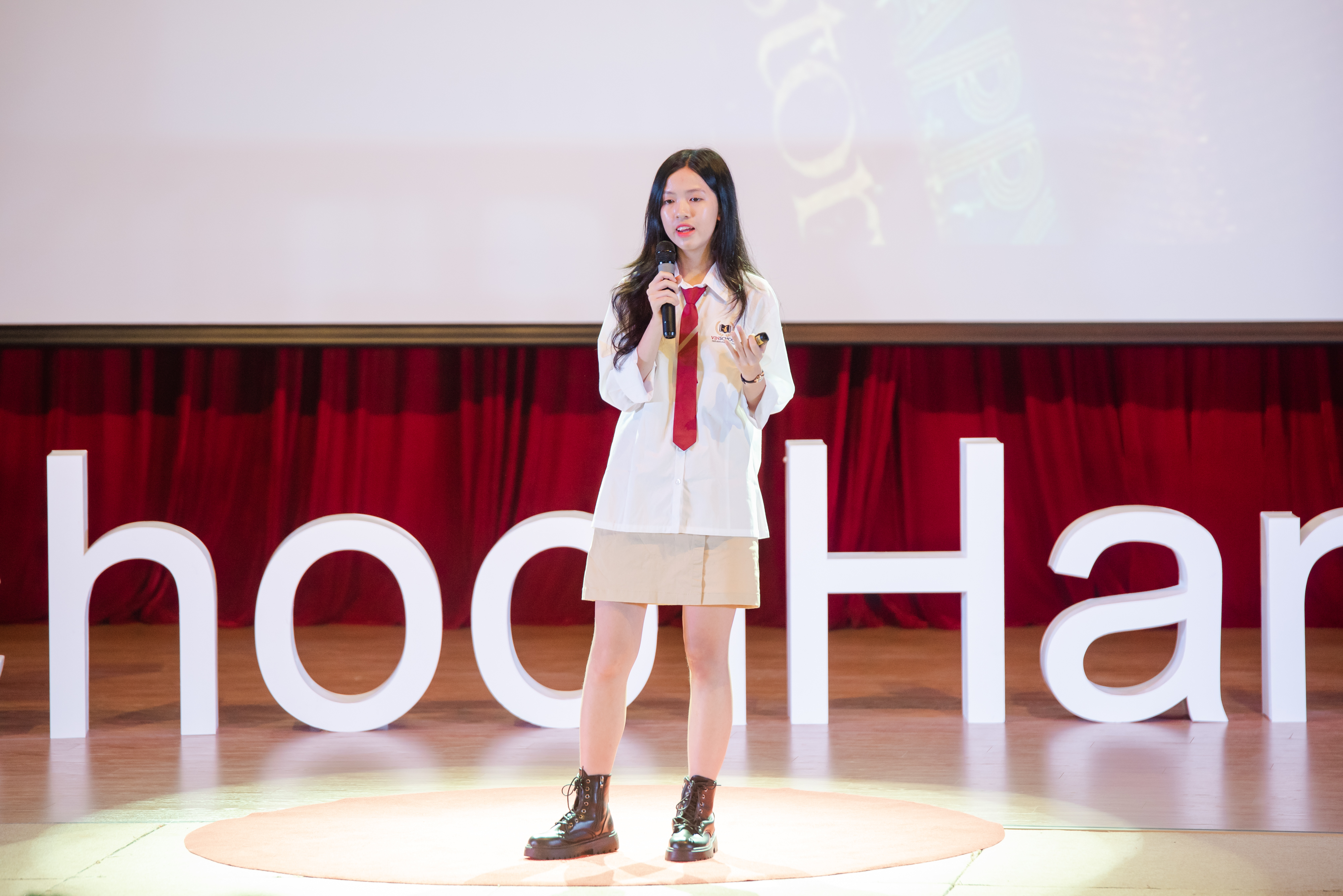 Readers are Leaders | Nguyen Ngoc Phuong Anh | TEDxVinschoolHanoi