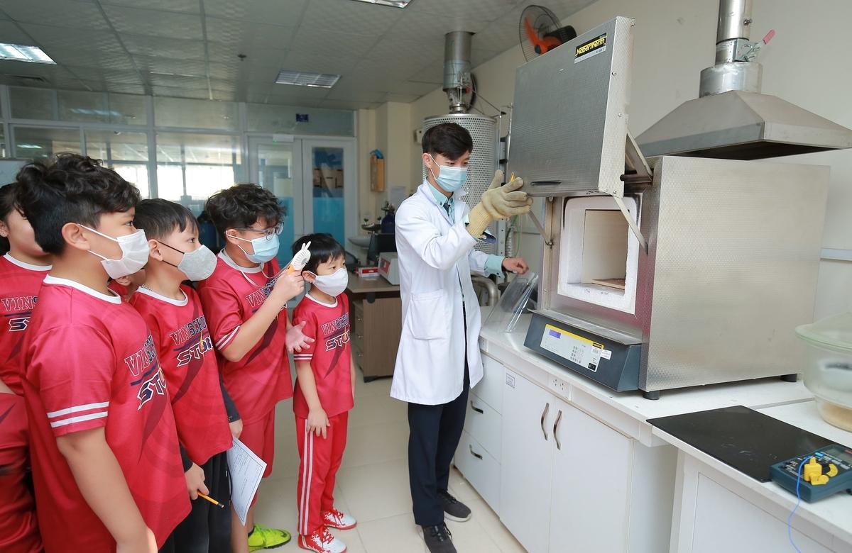 Học sinh Vinschool làm thí nghiệm khoa học